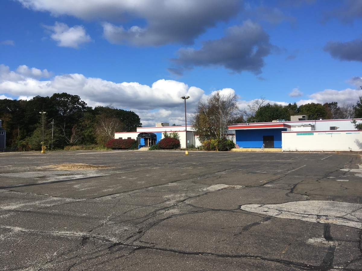The site of the former AMF Saybrook Lanes, which closed in August 2014, may soon host an Agway and a Dunkin Donuts following Zoning Commission approval this month. Photo by Aviva Luria/Harbor News